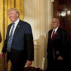 Трамп прочитав записку, залишену йому в Овальному кабінеті Обамою