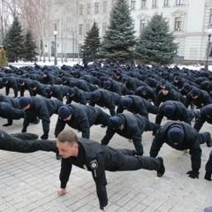 Київські поліцейські запропонували Кличку віджатися від підлоги (відео)
