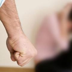 Чоловік бив дружину поки вона не зомліла, а його син це знімав на телефон (відео)