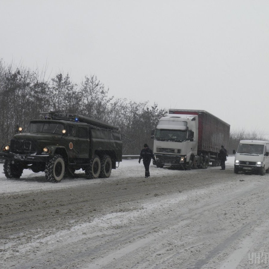 В п'яти областях України обмежено рух транспорту через несприятливі погодні умови