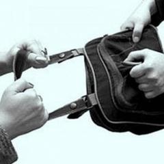 «Ви не хочете поділитися грошима?» - поліція затримала бандитів, які пограбували 10 жінок (відео)