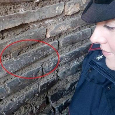 «Сабріна- 2017» - туристка із Франції арештована за напис на стіні Колізею