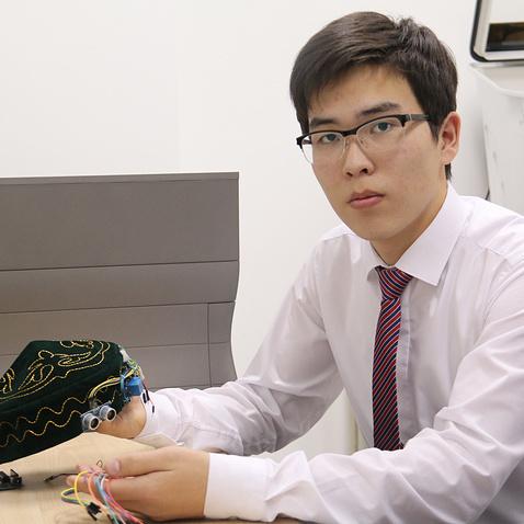 Казахстанський школяр винайшов «розумну» тюбетейку