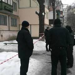 У Києві через декоративну косметику поліцейські евакуювали мешканців під'їзду