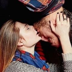 «Застукали»: безсоромна парочка зайнялася коханням у піцерії (відео 18+)