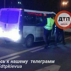 У Києві чоловік під час руху викинув дружину із свого авто