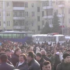 «Після «народного Віча» люди організовано проходять до автобусів» - нардеп прокоментував мітинг проти блокади у Краматорську (відео)