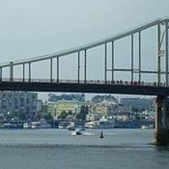 Киянин допоміг рятувальникам зняти чоловіка з пішохідного мосту