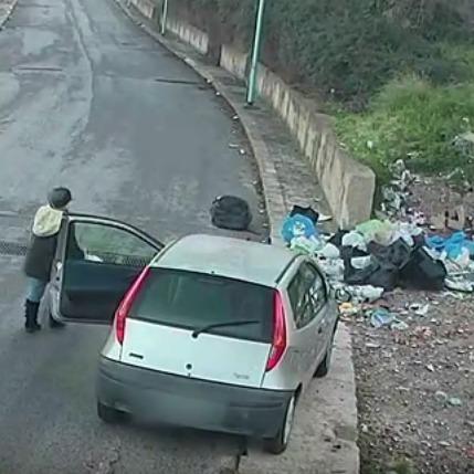 Оштрафувати та зганьбити: італійський мер опублікував відео з містянами, що викинули сміття на вулиці (відео)