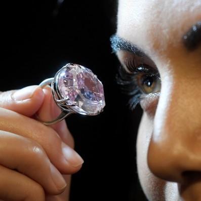 Найбільший рожевий алмаз в світі можна придбати на аукціоні в Гонконзі (фото)