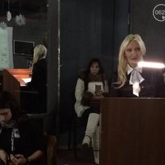 Співоча блондинка Яна Кондрашова очолить маріупольський палац культури (фото, відео)