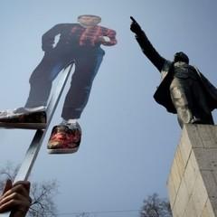 Антикорупційний мітинг у Москві: ОМОН грузить учасників акції в автозаки (фото)