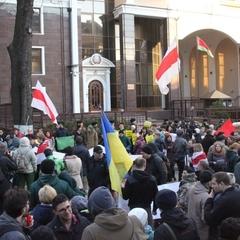 «За нашу і вашу свободу»: українці вийшли на мітинг під посольство Білорусі