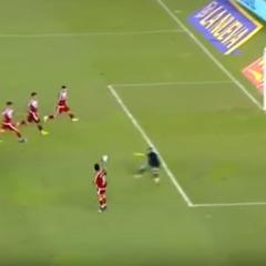 В Аргентині футболіст не зумів забити у порожні ворота після виходу чотирьох гравців на одного воротаря (відео)