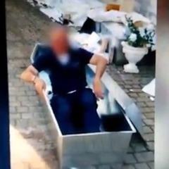 В Італії від роботи відсторонили поліцейських, які знімали відео, граючи зомбі, що піднімаються з трун (відео)
