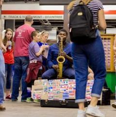 У метро Бостона чоловік виконав гімн України на саксофоні (відео)