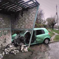 На Донеччині водій врізався в автобусну зупинку: п