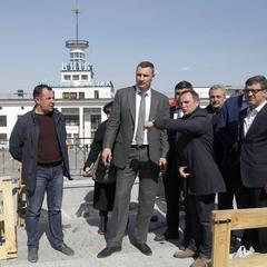 Віталій Кличко: «У перші дні травня завершиться реконструкція центральної частини Поштової площі та почне курсувати річковий трамвай» (відео)