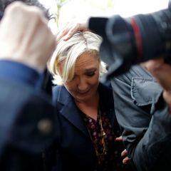 Марін Ле Пен потрапила під «яєчний дощ», який створили виборці (фото)