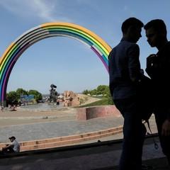 Скандал довкола Арки дружби народів у Києві: кольорову веселку знімуть