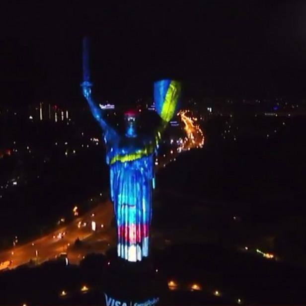 За 7 хвилин 14 костюмів змінила «Батьківщина-мати» напередодні ввечері (фото)