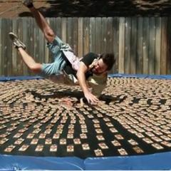 «Наче невеликі укуси» - американець пострибав на батуті з тисячею заряджених мишоловок (відео)