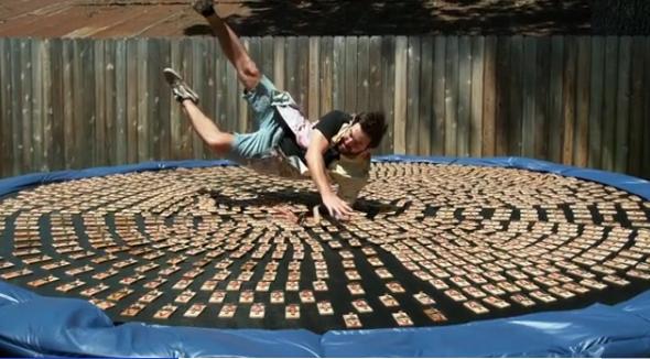 «Наче невеликі укуси»— американець пострибав набатуті зтисячею заряджених мишоловок (відео)