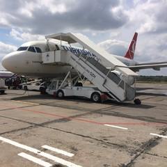 Знищили дороги - взялись за злітні смуги: у Запоріжжі літак приземлився у незастигше бетонне покриття