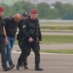 До Києва прилетіли 2 гелікоптери із затриманими податківцями (фото, відео)