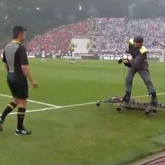 У Португалії перед початком матчу чоловік на дроні доставив м