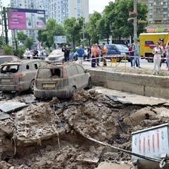 У Києві прорвало трубу з гарячою водою, фонтан досягнув 7-го поверху (фото)