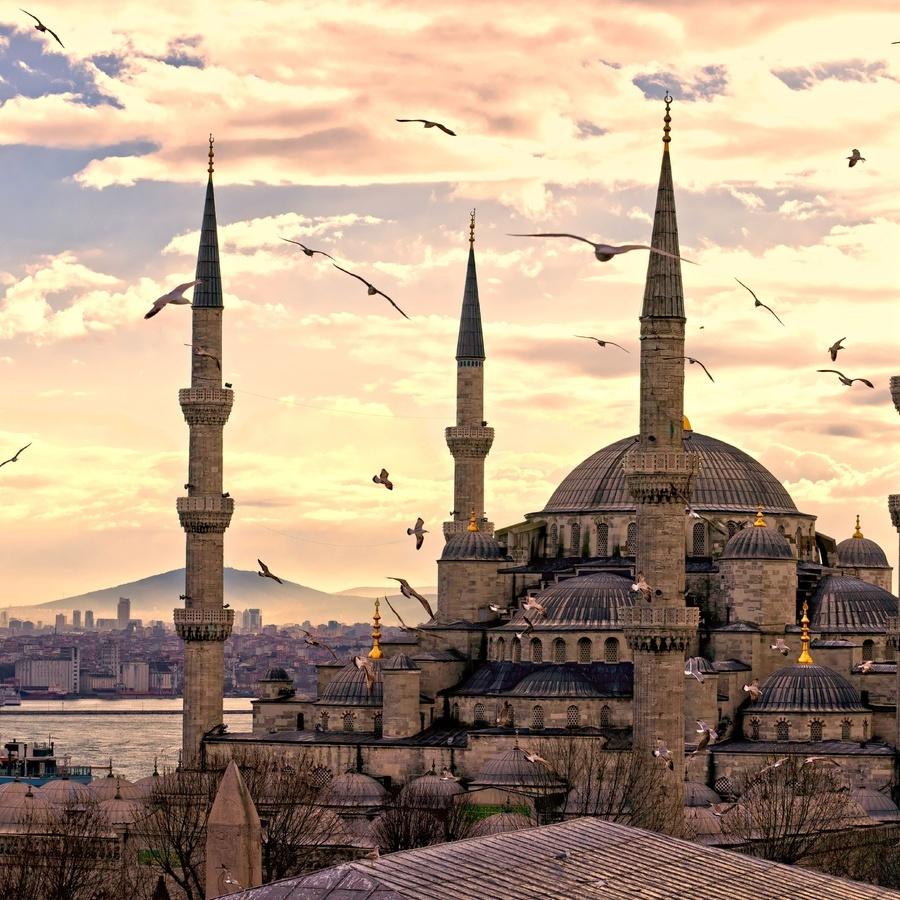 З 1 червня українці можуть відвідувати Туреччину без закордонного паспорта