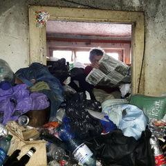 У Києві чоловік загрузив квартиру до стелі тонами сміття через яке його стара мати вже 8 років не виходить із дому