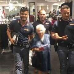У Римі 91-річна жінка вкрала духи. Поліцейські заплатили за них зі своєї кишені