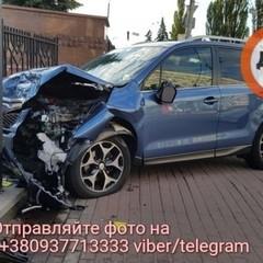 У Києві водій-діабетик знепритомнівши збив двох людей та врізався у паркан