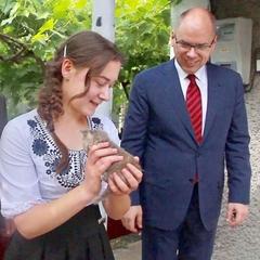Одеський губернатор подарував сироті свій будинок в селі (відео)