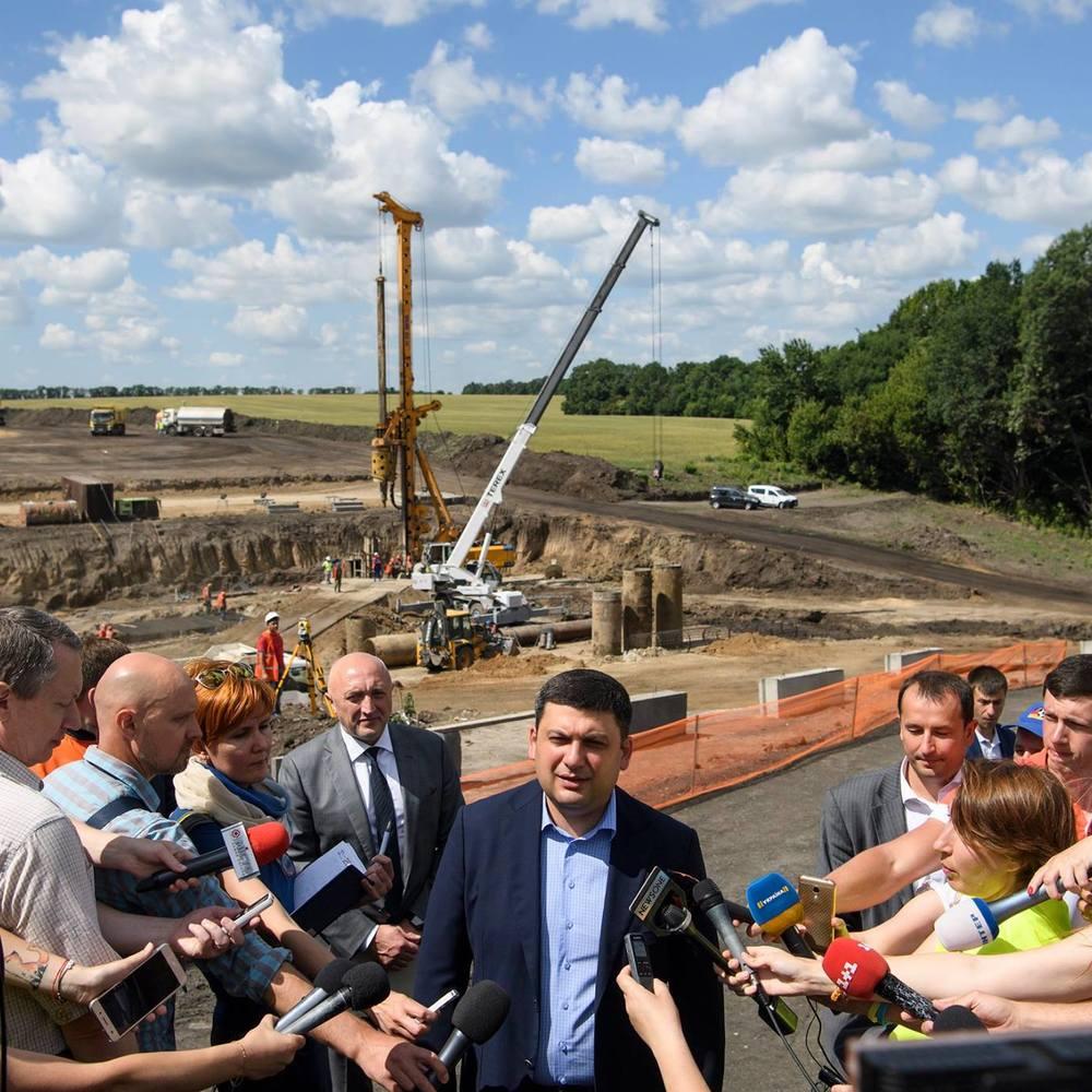 Гройсман обіцяє за 3-7 років привести українські дороги в нормальний стан