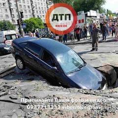 У Києві машина на асфальті провалилась у яму з окропом (фото)