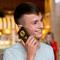 Школяру, який поставив запитання Путіну, подарували золотий телефон із портретом президента РФ