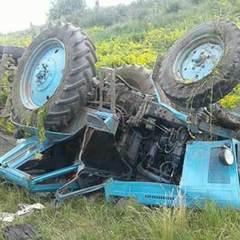 На Вінниччині під час переїзду дамби перекинувся трактор, водій загинув (фото)