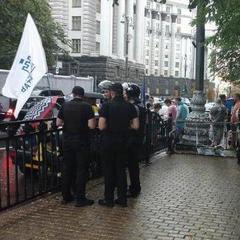 Мітингувальники заблокували всі виходи із Ради. Вимагають позбавлення депутатського імунітету Добкіна