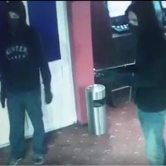 У Києві зловмисники із закритими обличчями та у темному одягу під погрозою зброї змушують касирів віддавати гроші (відео)