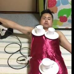 Японський «голий конферансьє» здивував  інтернет трюками з чашками (відео)