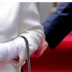 Канадський генерал-губернатор доторкнувся до королеви (відео)