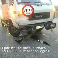 У Києві вантажівка протаранила поліцейський автомобіль (фото)