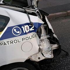 У Києві вантажівка на швидкості врізалась у поліцейський Prius, патрульного-водія шпиталізували (фото)