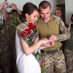 Війна поєднує серця: у Авдіївці одружилися двоє військових (фото)