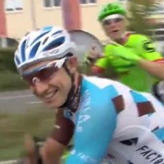 Велогонщик зробив пропозицію подрузі під час фінального етапу «Тур де Франс» (відео)