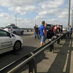 У Дніпрі водій престижної іномарки відкрив стрілянину по машині з вагітною жінкою і дитиною (фото, відео)