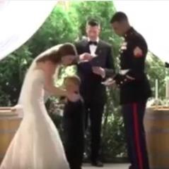 4-річний син морпіха розридався під час одруження його батька з новою дружиною (відео)